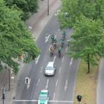 Unter Polizeigeleit geht es fünfzig Kilometer durch Berlin.