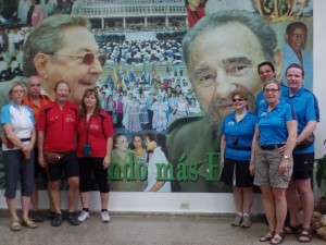 Unsere Kuba-Fahrer vor einem Wandbild Fidel Castros