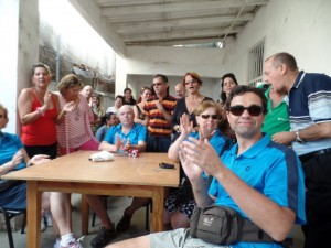 Unsere Tandem-Fahrer sitzen an einem Tisch, umgeben von Einheimischen.