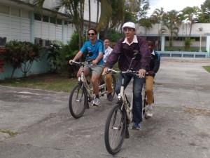 Drei Kubaner und ein Deutscher auf zwei Tandems