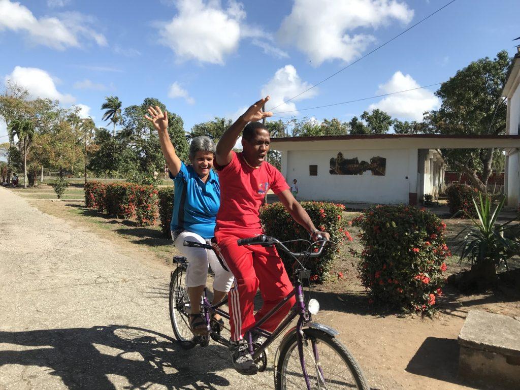 Probefahrt auf dem Schulhof in Camagüey