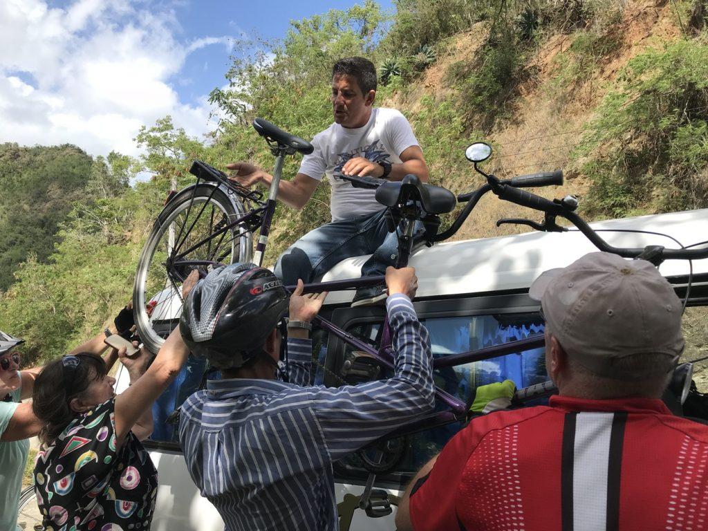 """Die """"Kubanische Lösung"""": Rad auf dem Dach des Begleitfahrzeuges"""