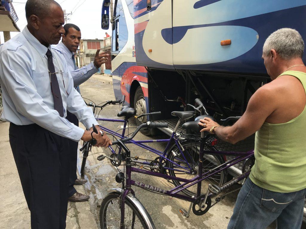 Wie passt das Tandem in den Bus? Auf der Fahrt von Baracoa nach Camagüey